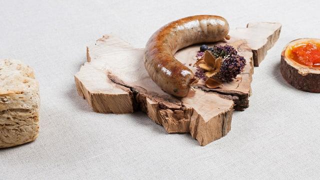 Wurst angerichtet auf Holzplatte.