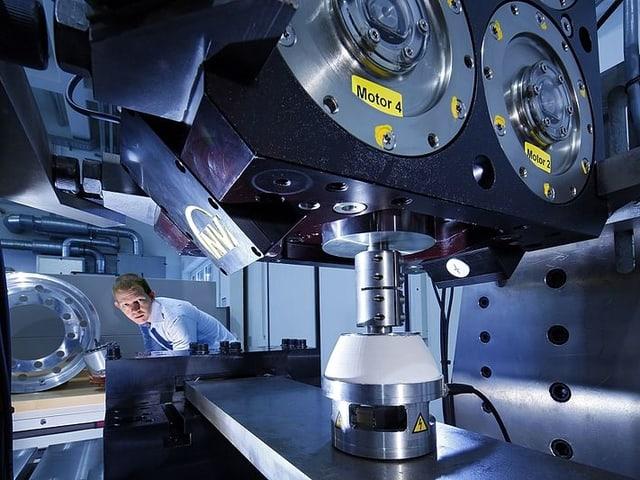 Ein Wissenschaftler neben einer Testbank.