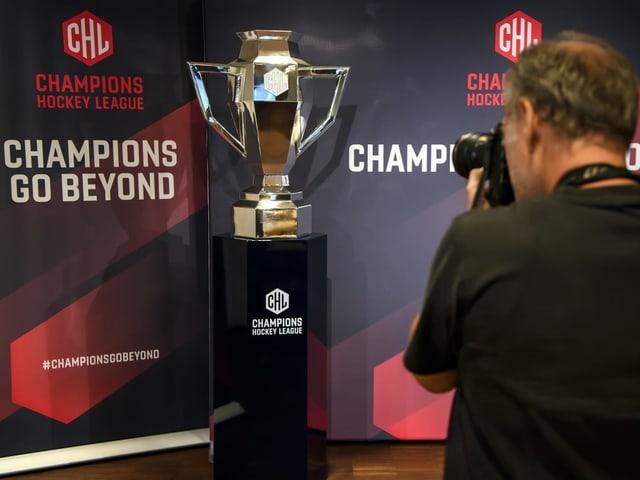 Der Champions-Hockey-League Pokal wird frontal abfotografiert.