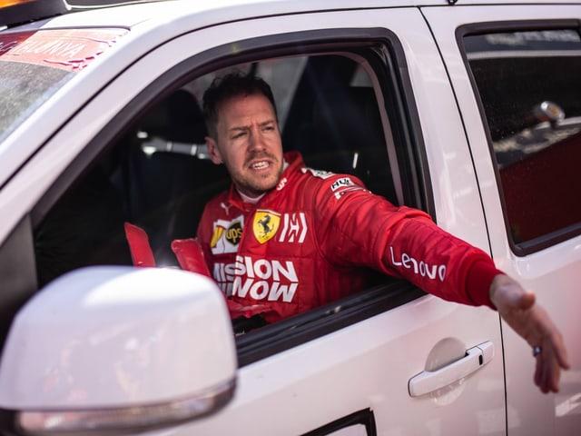 Sebastian Vettel sitzt im Auto und ist auf dem Weg ins Medical Center.