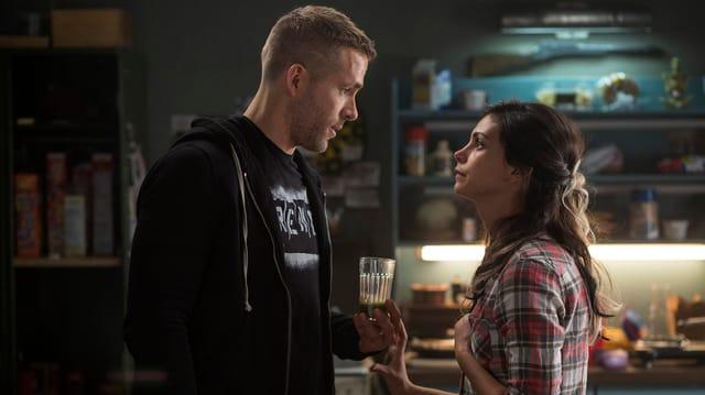 Die Filmfiguren Deadpool und seine Freundin Vanessa