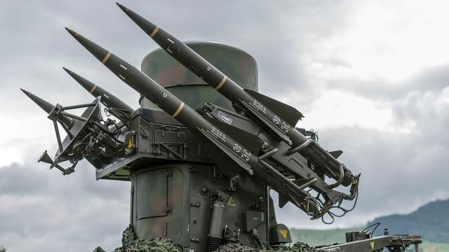 Eine Rapier-Feuereinheit mit vier Boden-Luft-Raketen steht auf einem Huegel parat.