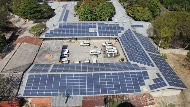 Il tetg dal spital Albert Schweitzer en il Haiti ha survegnì in tetg solar.