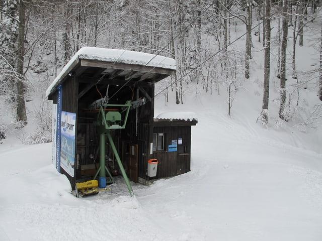 Ein sehr kleines Skilift-Häuschen dient als Talstation des Bügelliftes.
