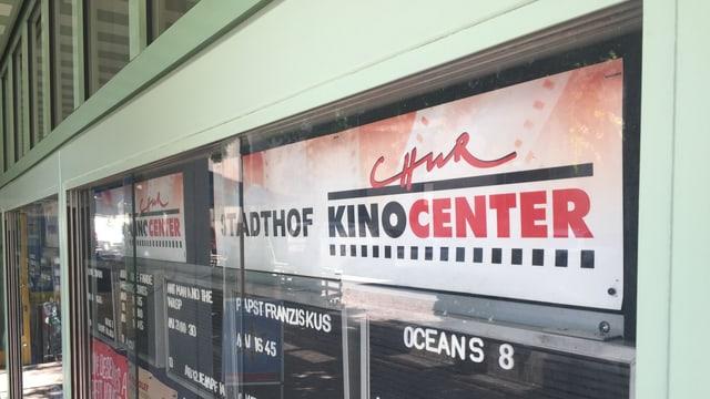 Purtret da l'entrada dal kino center a Cuira.