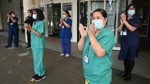 Pflegepersonal und Ärztinnen applaudieren