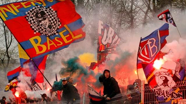 Basler Fans zünden Pyros im Schweizer Cup-Halbfinal gegen den FC Winterthur am 15. April 2012 auf der Schützenwiese in Winterthur.