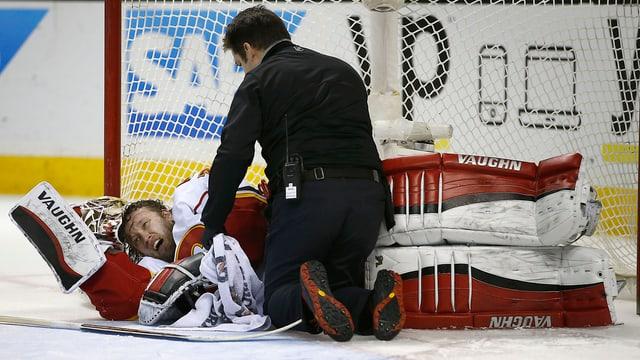 Karri Rämö wälzt sich auf dem Eis.