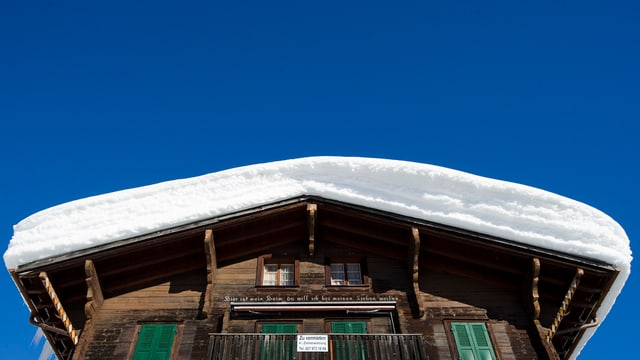 Schneebedecktes Chalet im Goms.