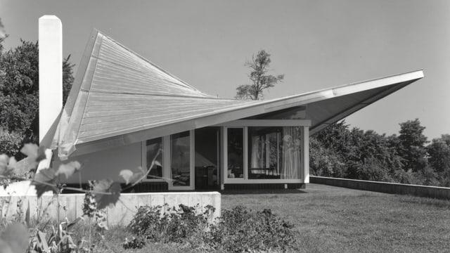 ein schwarz-weiss Foto eines Hauses mit einem Trapez-Dach
