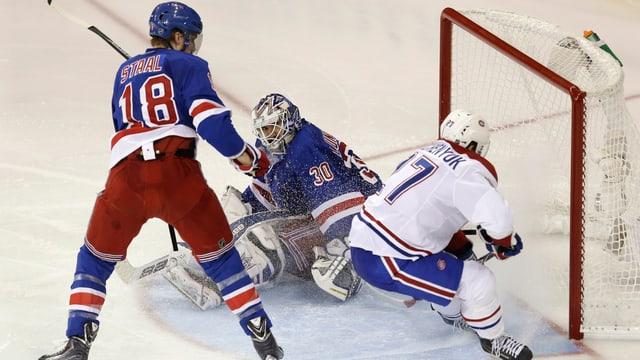 Alex Galchenyuk schiebt kurz vor der Linie ein. Rangers-Goalie Henrik Lundqvist steht am anderen Pfosten.