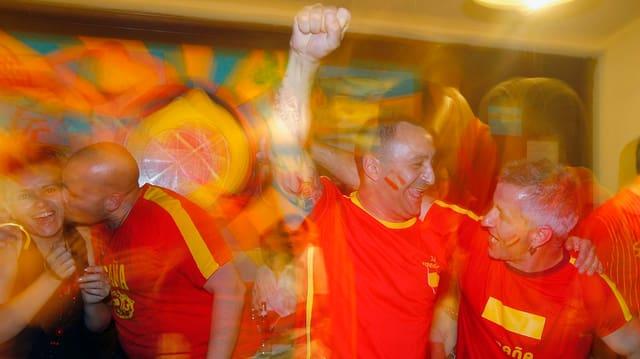 Feierende Spanienfans in einem Restaurant.