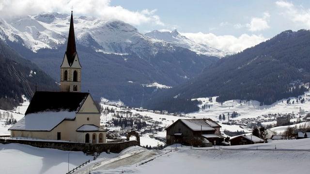 Die Kirche von Salouf mit den Gemeinden Cunter, Riom und Savognin im Hintergrund.