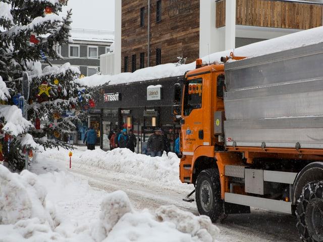 Räumungsarbeiten in Zermatt. Das Nobel-Skiort ist – schon wieder – von der Aussenwelt abgeschnitten.