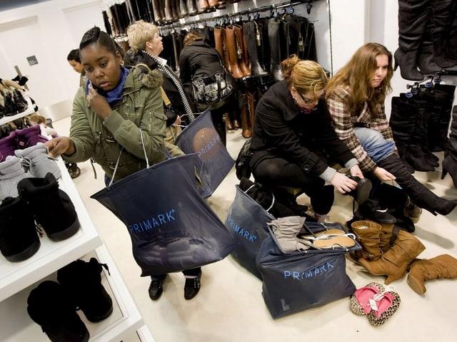 Frauen, die bei «Primark» einkaufen.