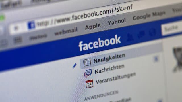 Computerbildschirm mit Facebook-Seite