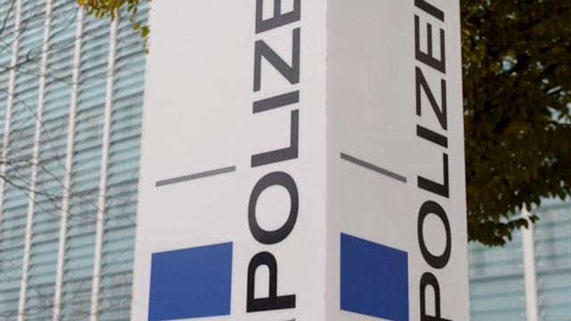 Tafel mit der Aufschrift Polizei.