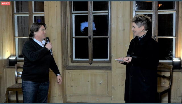Tanja Amacher (sanester) la directura da Savognin Bivio Alvra Turissem en il discurs cun la moderatura Steffi Buchli.