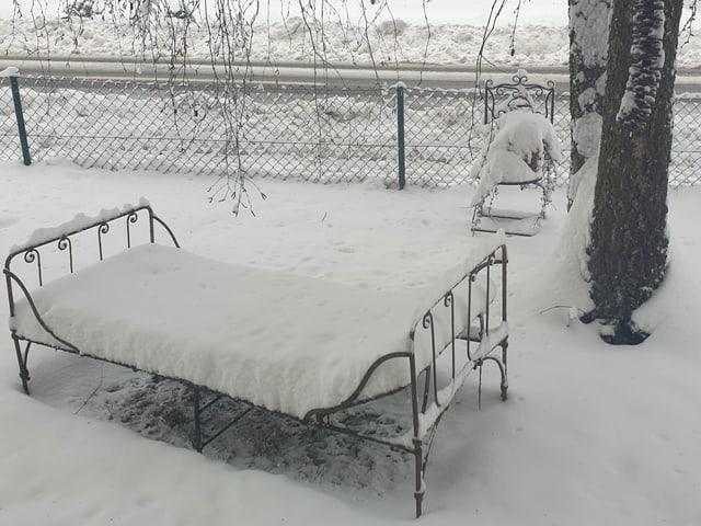 Bett im Schnee.