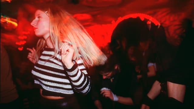 Eine Frau tanzt in einem Club.