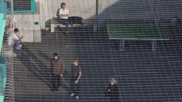 Insassen des Ausschaffungsgefängnisses in Zürich-Kloten im Gefängnishof.