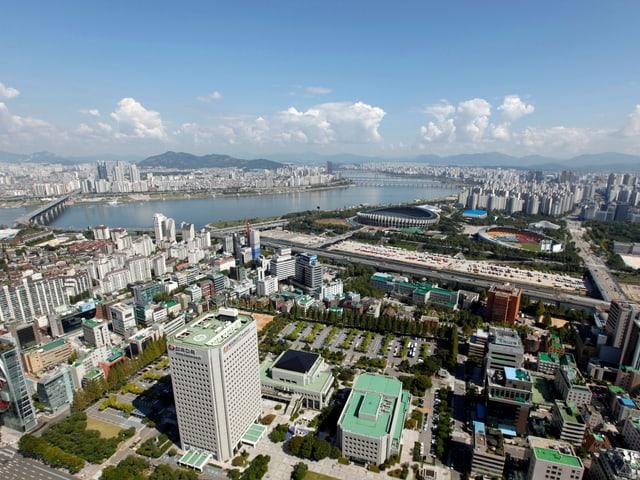 Die 60 grössten koreanischen Unternehmen – Chaebol genannt – erwirtschaften mehr als zwei Drittel des südkoreanischen BIP. Die Politik und findige Unternehmer haben diese wenigen Unternehmen zu internationalen Konzernen gemacht. Im Bild: Einen Teil des Gangnam-Viertels in Seoul. Im Hintergrund ist der Fluss Han zu sehen. (reuters)