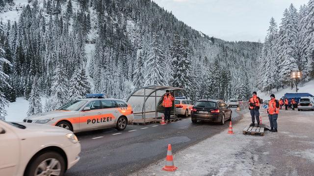 Kantonpolizei kontrolliert Fahrzeuge auf der Strasse während dem WEF