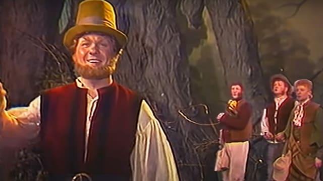 Schauspieler mit kitschigen Kostümen
