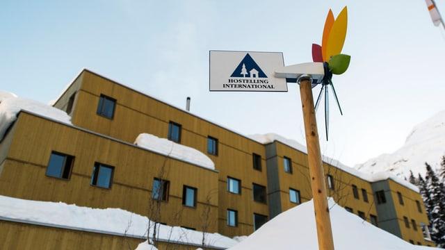 Chasa da lain gronda cun logo Youth hostel