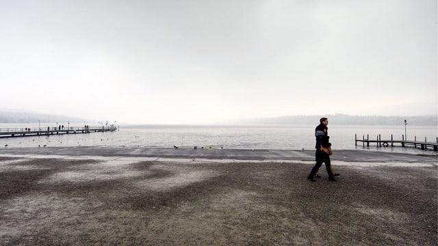 Ein Paar bei schlechtem Wetter am Zürichsee.