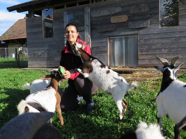Nicole Reusser bei ihren Ziegen.