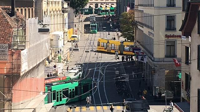 Blick auf den Steinenberg mit diversen Trams.