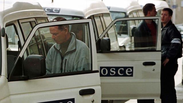 Ein Konvoi mit OSZE-Wagen