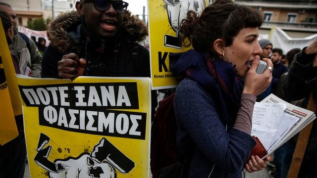Zwei Demonstrierende skandieren Protestnoten gegen die rechtsextreme Partei Goldene Morgenröte.