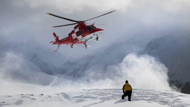 Helikopter landet im Schneegestöber