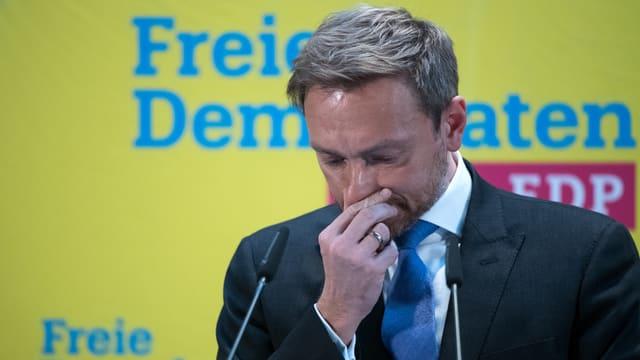 Christian Lindner (FDP) hält sich die Nase zu