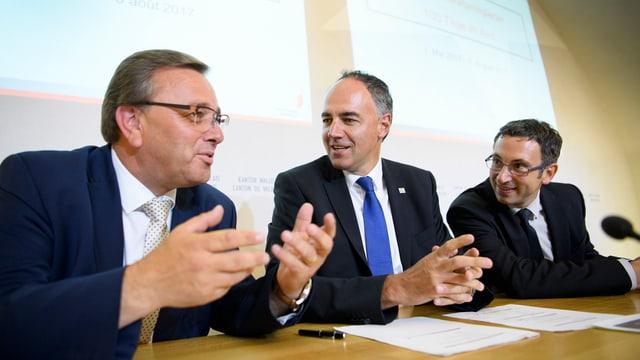 Die drei Staatsräte sitzen und diskutieren zusammen.