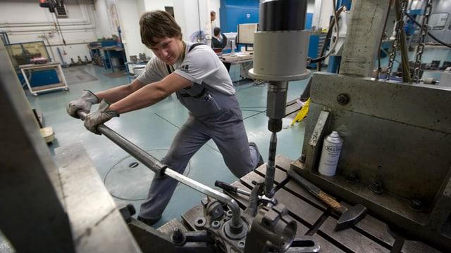 Ein Mitarbeiter des Industriekonzerns Georg Fischer AG arbeitet  in der Produktionsstätte in Schaffhausen an einem Gussteil.