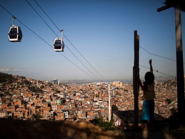 Die Seilbahn schwebt über die Favelas in Rio de Janeiro.