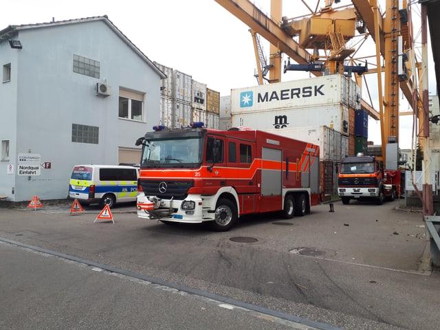 Feuerwehrautos und Polizei am Hafen
