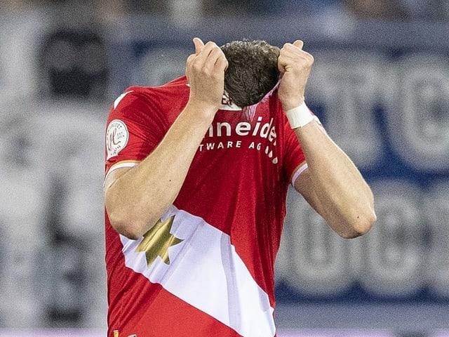 Ein Thuner Spieler hat sich das Shirt über den Kopf gezogen. Ziemlich sicher aus Enttäuschung.