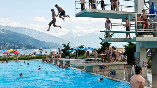 Menschen baden an einem Sommertag im Strandbad Thun.