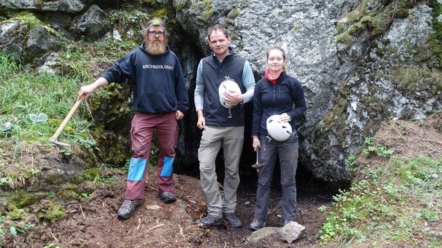 Da san.: Carlo Nüssli, student d'archeologia, Rouven Turck, collavuratur scientific universitad Turitg, Joëlle Jäger, studenta d'archeologia.