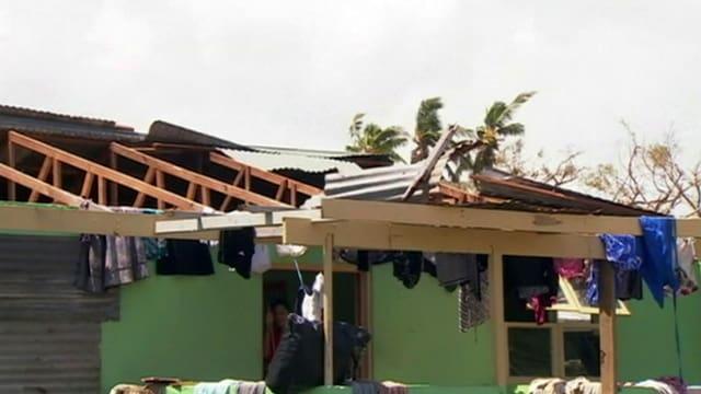Zerstörtes Gebäude mit einem abgedeckten Dach.