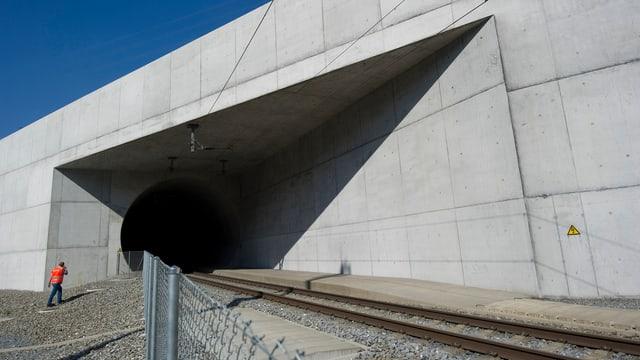 L'entrada sid al tunnel da basa dal Lötschberg en vischinanza da Visp (VS).