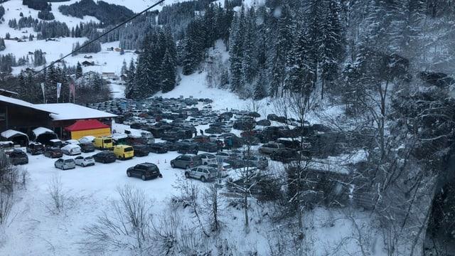 Viele Autos auf dem Parkplatz in Adelboden.