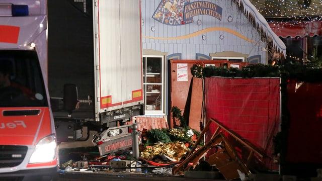 Zerstörte Buden auf dem Weihnachtsmarkt in Berlin. Vor 21 Uhr ist ein schwarzer Scania-Lastwagen in den Markt gefahren.