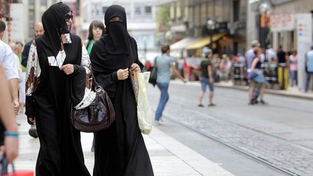 Zwei verschleierte Frauen in einer Einkaufspassage in Genf.