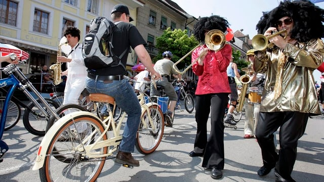 Velofahrer und Musiker.