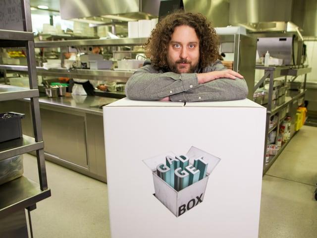 Daniel Bachmann steht mit seiner gefüllten Gadgetbox mitten in der Küche des Restaurants «Carlton».